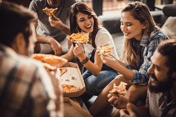 Pizza, glückliche Menschen essen Pizza   ÓNIRO essen