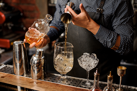 Longdrinks, Barkeeper mixt einen Drink | ÓNIRO trinken